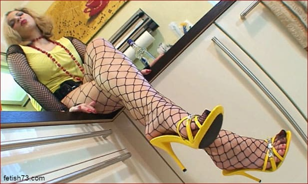 FeetLady Nicole - Hot blonde girl shows her sexy legs [FULL HD 1080p]