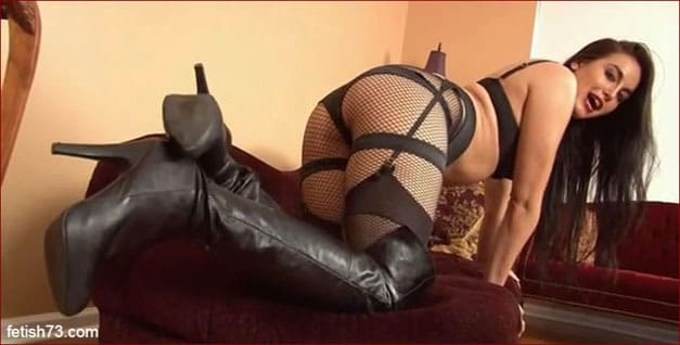 Hot brunette in leather boots [MP4 360p]